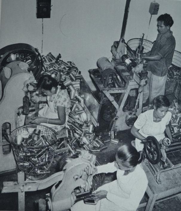 Aktifitas dalam sebuah pabrik daging kalengan di Kupang sekitar tahun 1950-an. (Sumber: Tanah Air Kita: a Pictorial Introduction to Indonesia.)