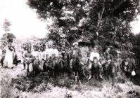 Raja Akoen dari Timor bagian tengah dengan waktu pengambilan sekitar 1910. Foto ini adalah koleksi G.L. Tichelman. {Sumber: KITLV Leiden}.