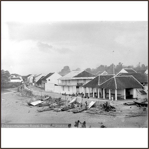 Pantai Kupang tahun 1923 tampak dari laut {sumber: Tropenmuseum Royal Tropical Institute}