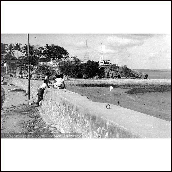 Pantai Kupang tahun 1923 dengan latar belakang benteng Concordia [sumber: Tropenmuseum Royal Tropical Institute]
