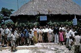 Penyambutan kedatangan Sinode Gereja Masehi Injili di Timor (GMIT) di Soë, Timor Tengah Selatan {Sumber: KITLV Leiden}