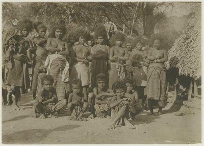Perempuan dan anak-anak di Kolbano sekitar 1909, dua tahun setelah pemberontakan di Kolbano dipadamkan dengan bantuan Belanda. Foto diambil oleh: Scharenberg {sumber: koleksi KITLV}