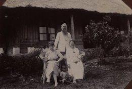 Penolong orang sakit (Hulpprediker) A. Krayer van Aalst dengan istrinya dan putri mereka Adé di Kapan, sebelah utara Soë. Krayer Van Alt pernah ditempatkan di Niki Niki dan laporannya adalah salah satu laporan yang memberi sedikit titik terang tentang apa yang terjadi pada saat pemberontakan Bil Nope. {sumber: Koleksi KITLV)