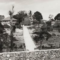 Niki Niki dilihat dari luar tempat tinggal kepala distrik (districthoofd). kemungkinan besar yang dimaksud kepala distrik adalah raja. Foto ini diambil sekitar tahun 1949 - 1950, berarti 30-an tahun lebih setelah pemberontakan. Pengambil foto adalah F.H. Naerssen. {Sumber: koleksi KITLV}