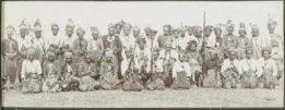 Radja Petrus Pae Nope dari Amanuban (duduk di tengah) bersama kepala-kepalanya. Foto yang diambil C. Schultz ini diperkirakan diambil tahun 1927. Kemungkinan besar Petrus Pae Nope yang menggantikan Noni Nope. {Sumber: Koleksi KITLV)