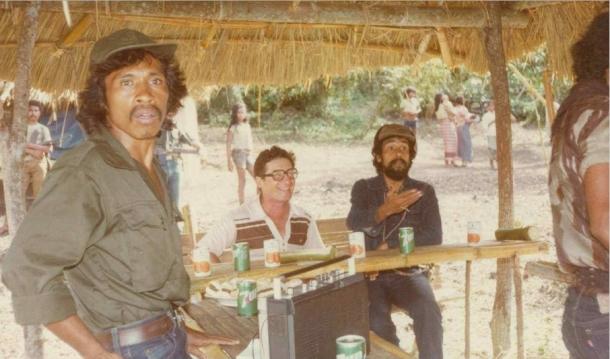 Xanana Gusmao bersama Pastor Locatelli dan Bere Malai Laka, Secretaris DIAP dan RMC di kamp Gattot di daerah Bibileu, Viqueque pada bulan Maret 1983. Pastor Locatelli berperan besar dalam mempertemukan Xanana dan beberapa tokoh Indonesia. [Sumber; Timor Archives]