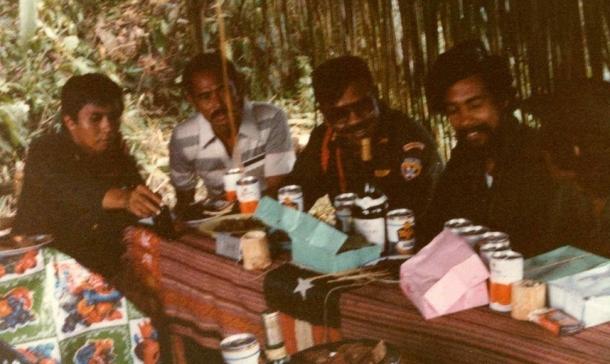 Berliku, Delegasi PML; Verissimo Quintas Dias, Regulus Los Palos; Panglima militer Indonesia di Timor Timur, Purwanto; Xanana Gusmao, dan Bere Malai Laka, Secretaris DIAP dan RMC, dalam pertemuan pertama di Buburaque / Viqueque, Maret 1983. Pertemuan-pertemuan di bulan Maret ini yang menghasilkan gencatan senjata antara Falintil dan TNI. [Sumber; Timor Archives]