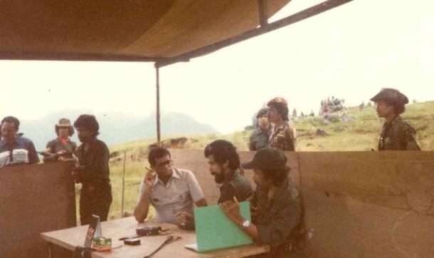 Mario Carrascalão, Xanana Gusmão, dan Bere Malai Laka, Sekretaris DIAP and RMC dalam pertemuan di Lariguto, Maret 1983. Di sebelah kiri: tidak dikenal, Verissimo Quintas, Okan Onobú; di sebelah kanan: Mau Bano, seorang tentara Indonesia dan Txai Bada yang berbaret merah.[Sumber: Timor Archives]