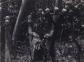 Seorang laki-laki dengan tengkorak-tengkorak kepala yang dipenggal. Foto dibuat di Timor sekitar tahun 1910. Perburuan Kepala menjadi salah satu masalah di Timor saat itu. {sumber: KITLV}.