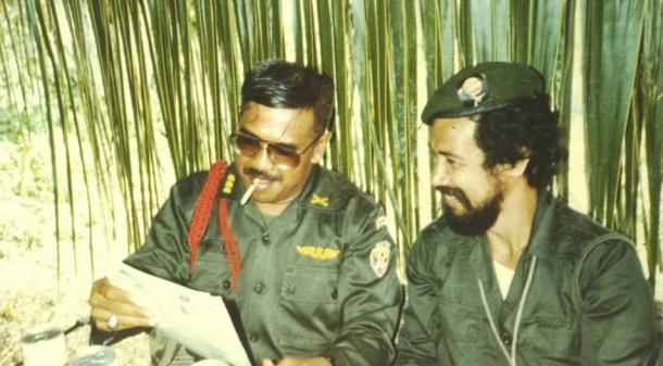 Pertemuan awal Kolonel Purwanto, Panglima Militer Indonesia di Timor Timur dan Panglima FALINTIL Xanana Gusmao pada 20 Maret 1983. [Sumber: Timor Archives]