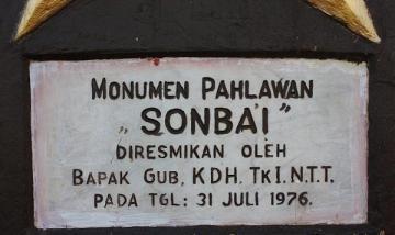 Di landasan patung hanya dituliskan 'Monumen Pahlawan Sonbai' tanpa penjelasan Sonbai manakah yang dimaksud. {ist}