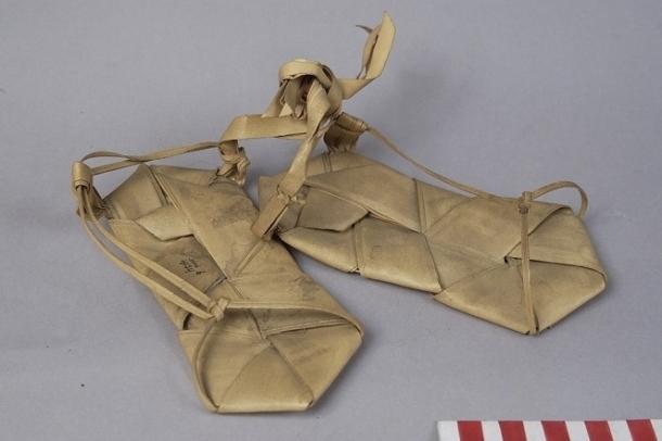 """Sendal dari daun lontar atau """"Tabeis"""" tahun 1959 [Sumber: Digital Database Volkenkunde Museum]"""