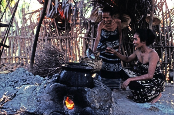 Dua perempuan Sabu sedang memasak tuak di Sabu. [sumber: Kalman Muller/KITLV]