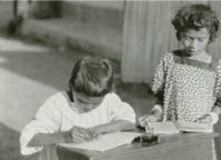 Murid-murid sedang belajar di sebuah sekolah, kemungkinan besar di Todabeloe di Badjawa sekitar tahun 1930. Foto ini diambil dari koleksi B.J.O. Schrieke. [Sumber: KITLV]
