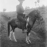 Pejabat Sipil untuk Ngada (Flores Tengah), Letnan 1 inf. G. D. Spandaw dalam perjalanan ke Badjawa, 8 Juli 1910. Foto ini diambil oleh GP Rouffaer. [Sumber:KITLV]