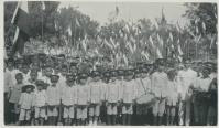 Anak-anak sekolah di Ende pada 31 Agustus 1924 saat kunjungan C. Schultz, resident van Timor en onderhorigheden. Foto ini diambil dari koleksi C. Schultz sendiri. [Sumber: KITLV]