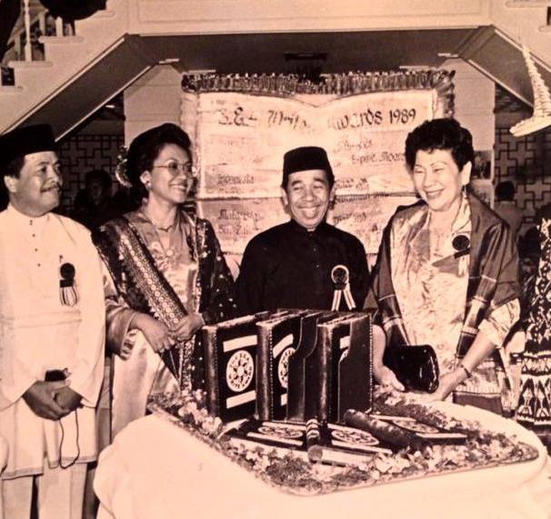 Dengan bangga mengenakan pakaian adat Rote lengkap dengan topi tradisional ti'ilangga, Gerson Poyk (berdiri paling kanan) pada penerima anugerah SEA Write Award Bangkok 1989. Dari kiri: Chiranan Pitpreecha (Thailand), Suratman Markasan (Singapura), Siti Zainon Ismail (Malaysia), Haji Adi Kelana (Brunei), dan Madam Lina Espina (Filipina). [Credit foto: Siti Zainon Ismail/facebook]