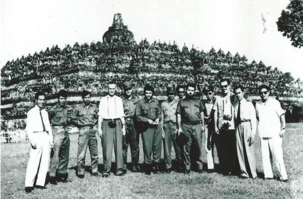 """Ernesto """"Che"""" Guevara, sedang berpose di depan Candi Borobudur, saat ia berkunjung ke candi tersebut pada tanggal 31 Juli 1959. [Sumber foto: ANRI]"""