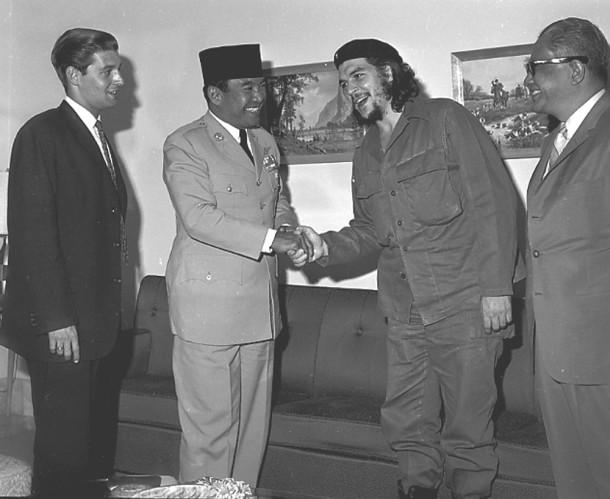 Che menemui Bung Karno saat kunjungan Bung Karno ke Kuba. [http://www.indonesia.estranky.cz]