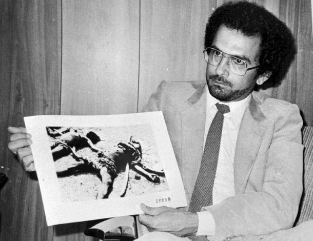 José Ramos-Horta sedang menunjukkan bukti-bukti pembantaian yang terjadi di Timor-Leste di PBB. [Archives & Museum of East Timorese Resistance]