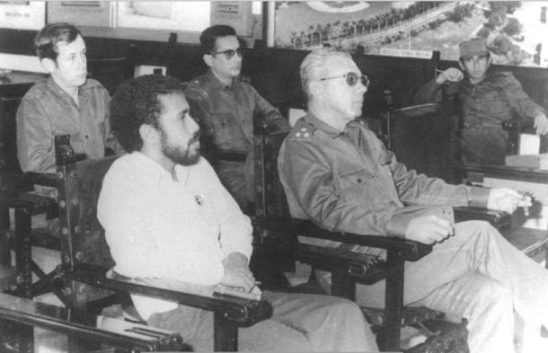 Rogério Lobato dengan seorang jendral Kuba di Havana pada bulan April 1976. [Archives & Museum of East Timorese Resistance]