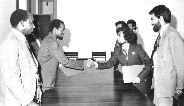 Delegasi Fretilin di luar negeri dalam sebuah pertemuan dengan Jaoquim Chissano, Presiden Republik Mozambique. [Archives & Museum of East Timorese Resistance]