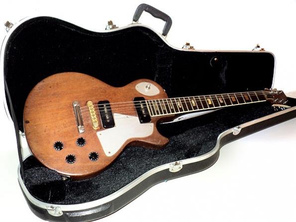 Gitar yang dikubur bersama Bob Marley [sumber: ourblackstars.com]