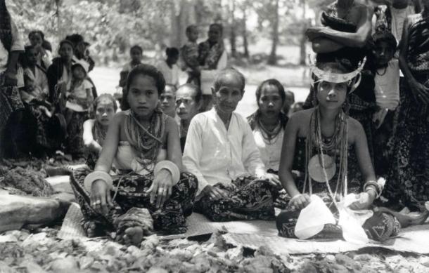 Para perempuan pada saat sebuah upacara [kemungkinan perkawinan] di Rote sekitar tahun 1930. [Foto: KITLV]