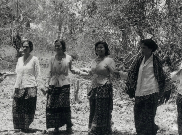 Para Perempuan Rote dalam sebuah tarian tradisional [Kemungkinan Kebalai] sekitar tahun 1930. [foto: KITLV/Middelkoop]