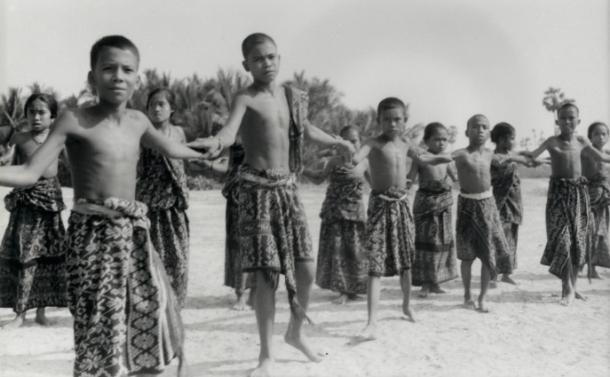 Anak-anak sekolah Misi di Rote sedang melakukan tarian tradisional di bawah bimbingan seorang guru di tahun 1930-an. [Foto: P. Middelkoop, diberikan oleh H. Schulte Nordholt kepada KITLV dari kepemilikan Conelia Middelkoop-Koning]