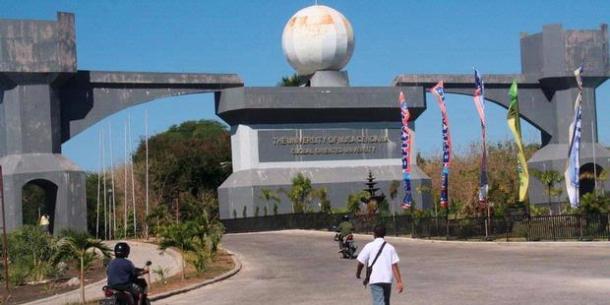 Gerbang Utama Kampus Undana Kupang [progresivenews.com]